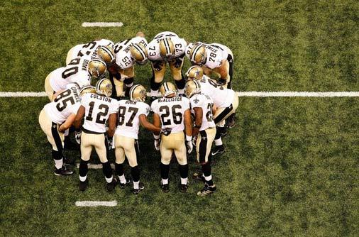 Les Saints dans le huddle