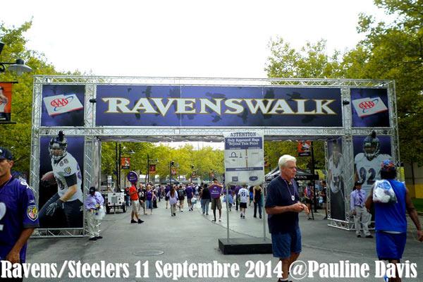 Le Ravenswalk menant au stade