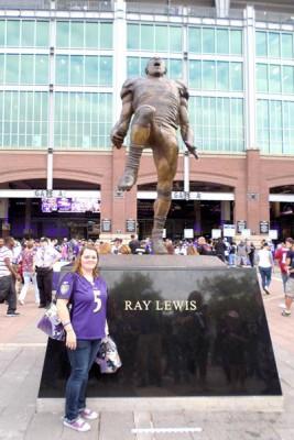 Pauline devant la statut de Ray Lewis