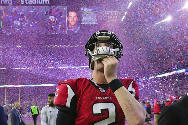 Matt Ryan quitte le terrain en regardant Tom Brady sur l'écran géant