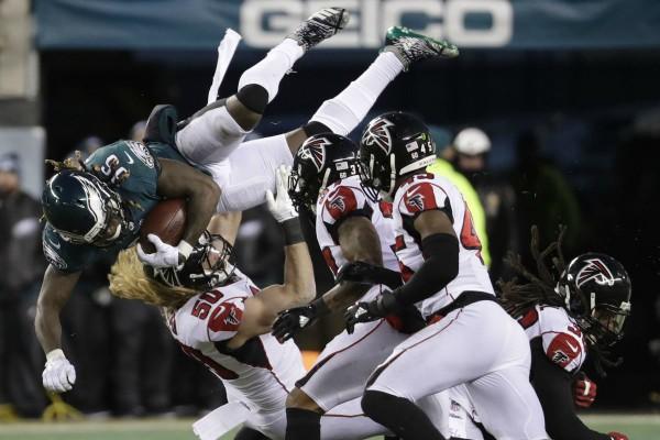 Jay Ajayi s'envole au-dessus des Atlanta Falcons.