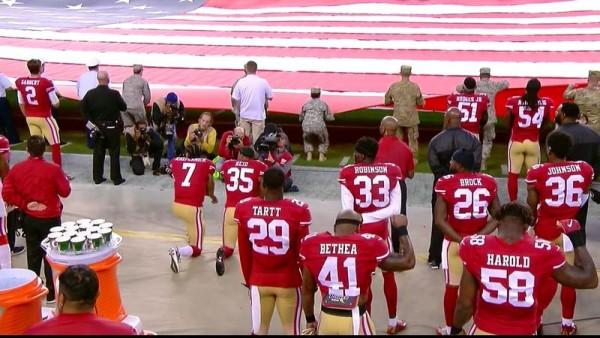 Kaepernick s'agenouille durant l'hymne US