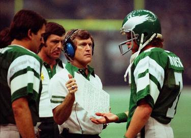Dick Vermeil et son <span class='glossary'><a href='/glossaire#quarterback'>QB</a><span class='explanation'><b>Quarterback</b><br/>c'est le stratège de l'équipe. Il décide des tactiques avec ses coachs. Il est chargé de transmettre la balle à ses coureurs et de distiller les passes à ses receveurs.</span></span> Ron Jaworski