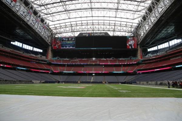 le NRG stadium avec les zones d'embut bâchées
